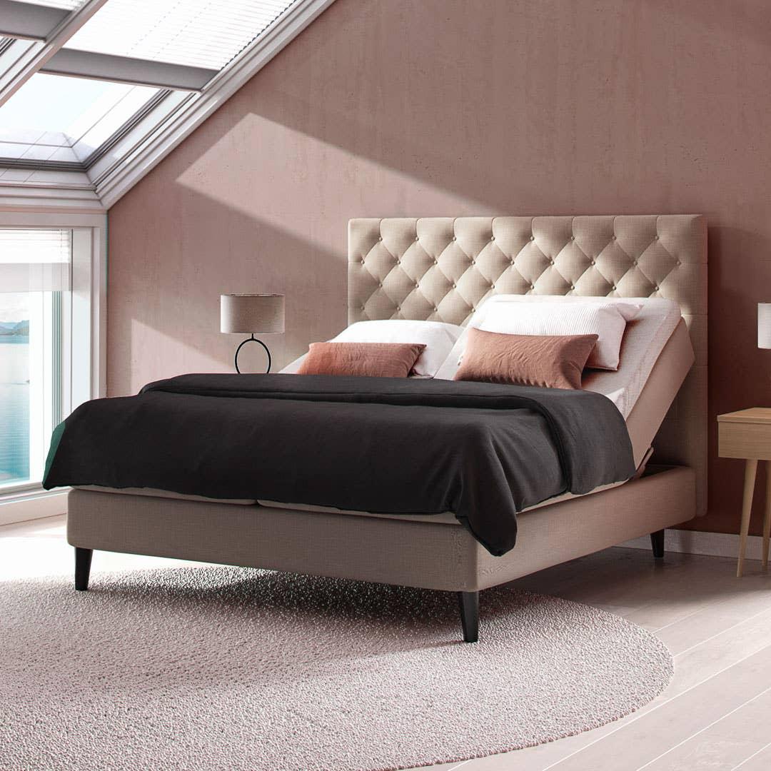 En regulerbar seng fra Svane gir deg muligheten til å tilpasse madrassen etter behov, om du for eksempel vil lese og slappe av i sengen og vil ha støtte i ryggen.