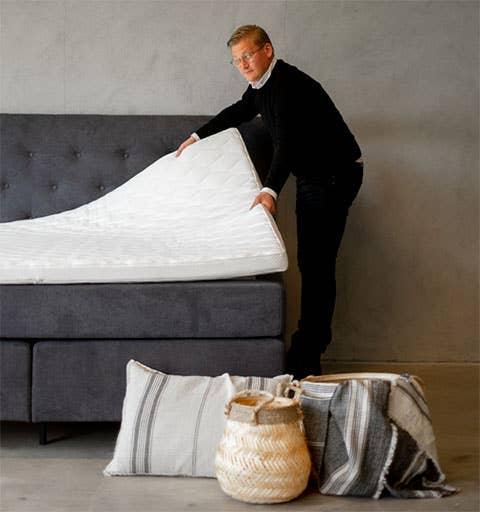 Overmadrassen bør byttes hvert femte år, forteller sengeekspert i Møbelringen, Simon Pettersson.