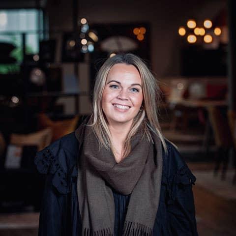 Kjersti Rostad i Møbelringen Orkanger mener det er en smal sak å innrede et rom til å ha flere ulike funksjoner – og du må gjerne spørre de ansatte i Møbelringen om hjelp!
