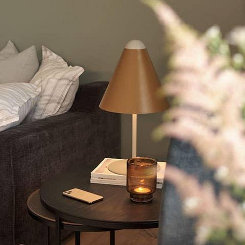 Velger du små settbord til stuen, kan de enkelt settes sammen til nattbord. Mindre møbler som enkelt kan flyttes rundt er perfekt når du trenger fleksible løsninger.