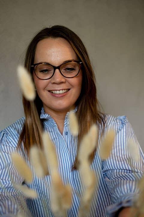 Kjersti Rostad fra Møbelringen i Orkanger mener at alle kan få et lekkert soverom – uansett om de har et lite eller stort rom å jobbe med. Smart bruk av farger og møbler med flere funksjoner er løsningen, sier hun.