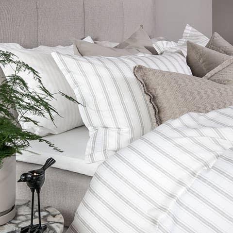 Nano er et smakfullt sengetøy i herlig, myk sateng som passer perfekt på varme sommernetter. Både på grunn av den gode luftingen og absorbsjonsegenskapene, og på grunn av den sommerlige estetikken.