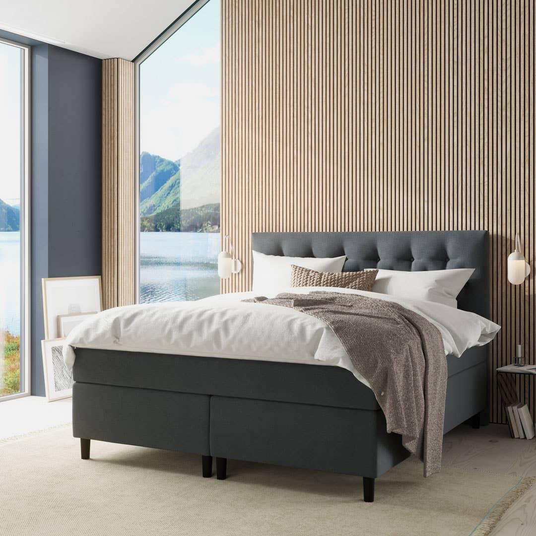 Like vakkert inne som ute! Den fantastiske sengen Wonderland Diamante spiller hovedrollen på dette soverommet, der en spilekledd vegg er med på å forvandle rommet til et sted der man også vil tilbringe tid før leggetid. Wonderland er produsert i Norge.