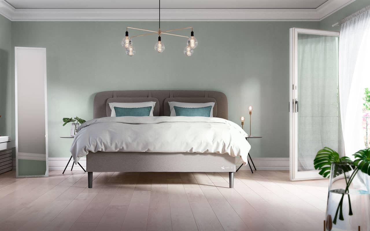 En seng med slanke ben, som komfortable og lekre Svane Zoul, gir et nett og luftig uttrykk på soverommet. Rommet har en deilig lesekrok i den dype vinduskarmen, og de grønne plantene har gjort sitt inntog. Her kan man tilbringe også døgnets våkne timer.
