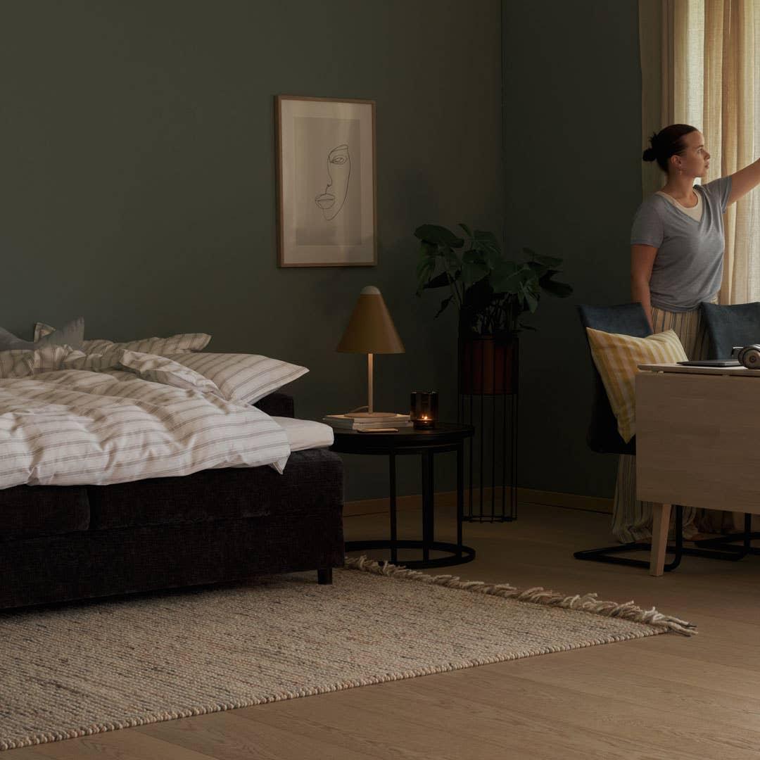 Embla sovesofa 3-seter. Tekstil Alis midnattblå, wengefarget ben. Madrassmål 150 x 200 cm