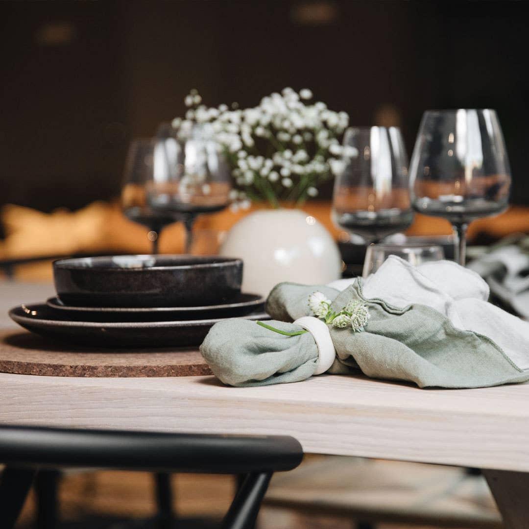 Det er alltids plass til en til ved bordet, men om du har mulighet vil alle gjestene sette pris på å ha god plass under måltidet. Det anbefales å beregne omtrent 60 cm for hver kuvert