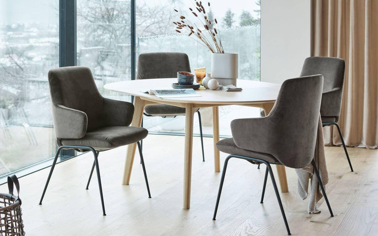 Det runde spisebordet lar alle gjestene se hverandre, og inviterer til en sosial stund. Stressless Bordeaux spisebord og Stressless Laurel spisestol.
