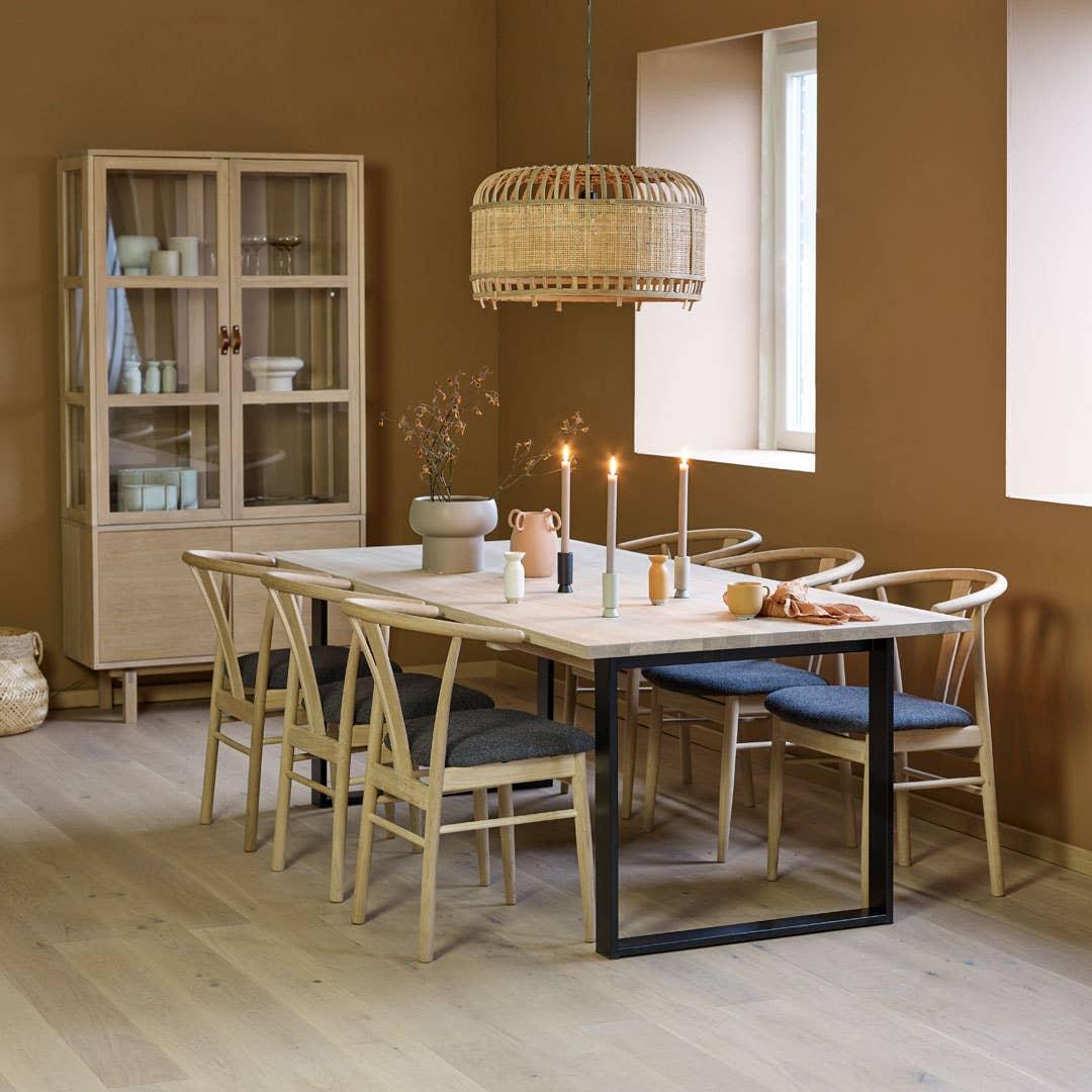 Spisebordet er hjemmets hjerte, og et multifunksjonelt møbel for hele familien. Woodstory spisebord inviterer til lange middager, lekselesing og gode samtaler.