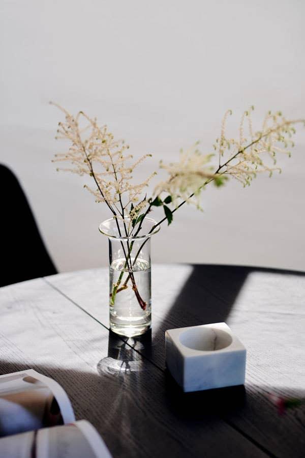 Bruk et egnet rengjøringsprodukt til trebordet ditt, da sikrer du at det ikke slår sprekker på grunn av for mye vann eller sterke kjemikalier. Behandler du spisebordet ditt godt, kan du nyte det i mange år fremover!