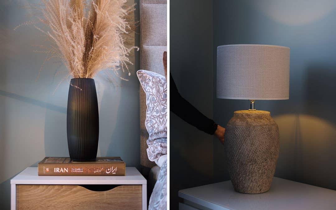 Sunset glassvase fra Hødnebø trenger bare noen strå for å bli et vakkert dekorelement. Bordlampen Vertas har en dempet fargepalett og en mønstret lampefot i keramikk. Det moderne og stilrene nattbordet Oslo i hvitt og eik har en skuff og en hylle.