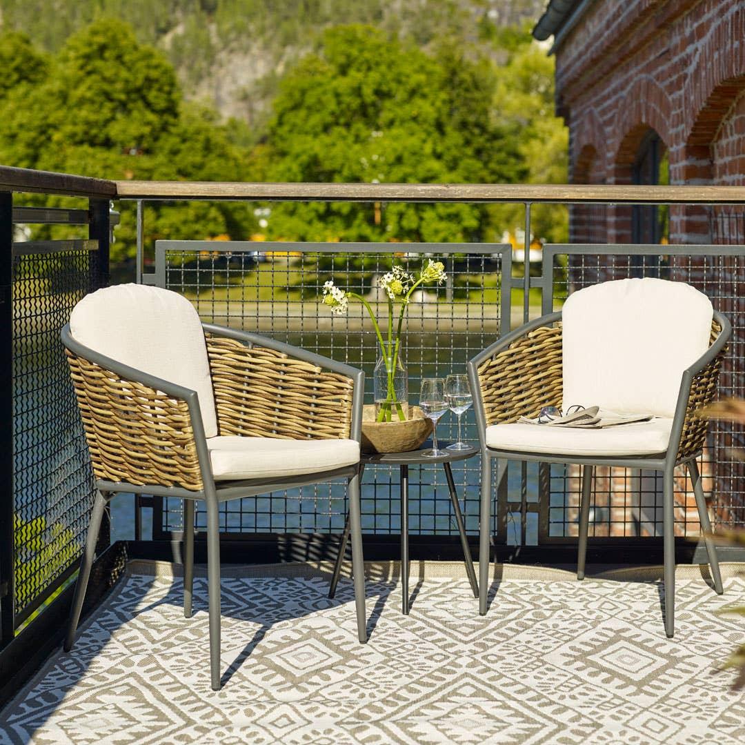 Et nett cafésett får en liten uteplass til å virke større. Her Capri cafèsett med to stoler og bord.