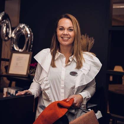 Kjersti Rostad i Møbelringen Orkanger forteller at mange nå ønsker seg fleksible møbler, uten at det skal gå på bekostning av verken komfort eller personlig stil.