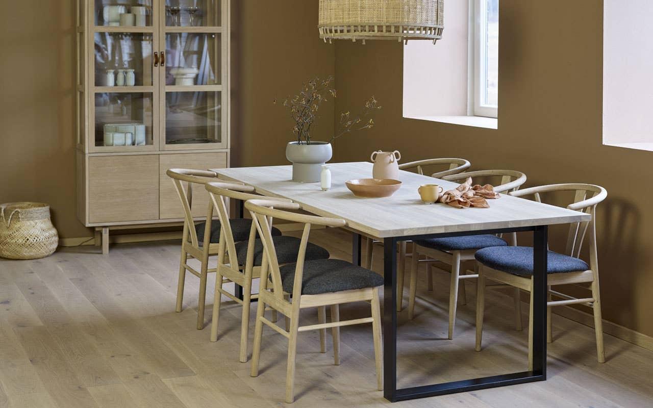 Godt håndverk og møbler som varer er definitivt i vinden. Møbler i tre gir et moderne uttrykk når det som her kombineres med ben i stål. Woodstory Urban spisebord har plass til mange og kan skreddersys dine behov. Cisco stol. Woodstory Urban vitrineskap.
