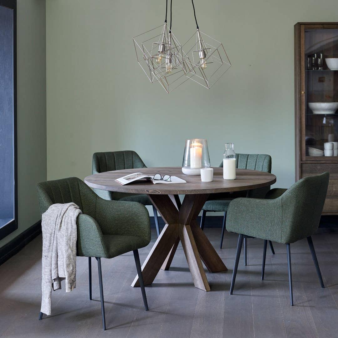 Hvor mange ganger har du ikke opplevd at selskapet ikke flytter på seg etter måltidet, men at dere derimot blir sittende ved spisebordet resten av kvelden? Det runde spisebordet fra Woodstory vises her med de komfortable og lekre spisestolene Bolton.