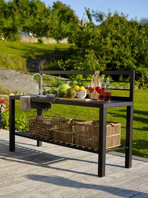 Har du plass til et utekjøkken på terrassen, slipper du å fly inn og ut av huset, og kan bruke mer tid ute sammen med gjestene dine. Newport utekjøkken i sort aluminium kan kobles til kaldtvann med hageslange.