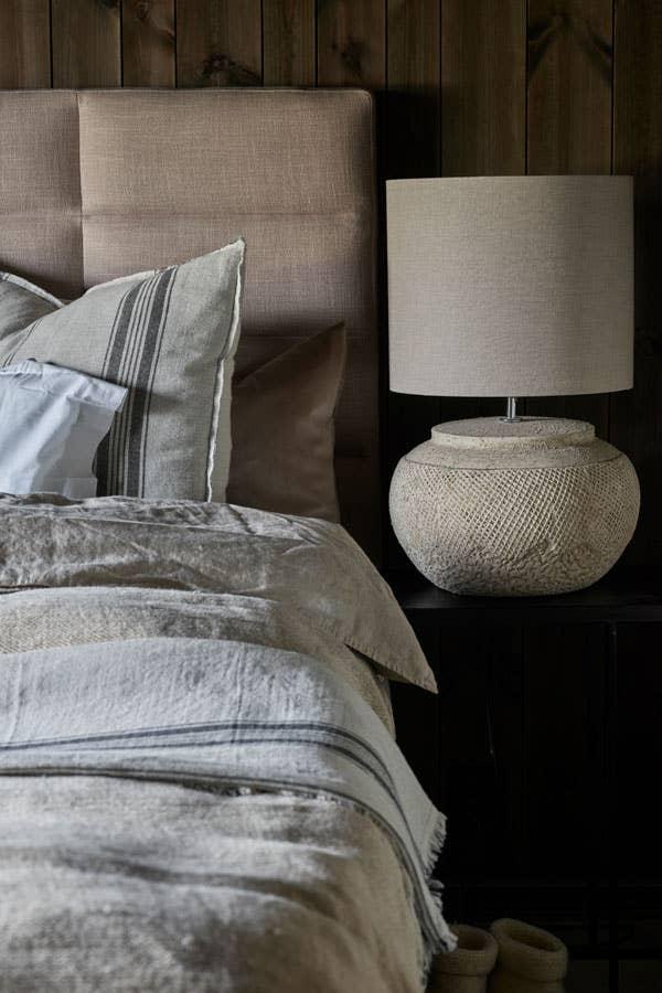 Myk belysning i mykt og elegant soverom. En bordlampe passer perfekt om du ikke trenger leselys på sengen – og er definitivt ikke forbeholdt stuen!