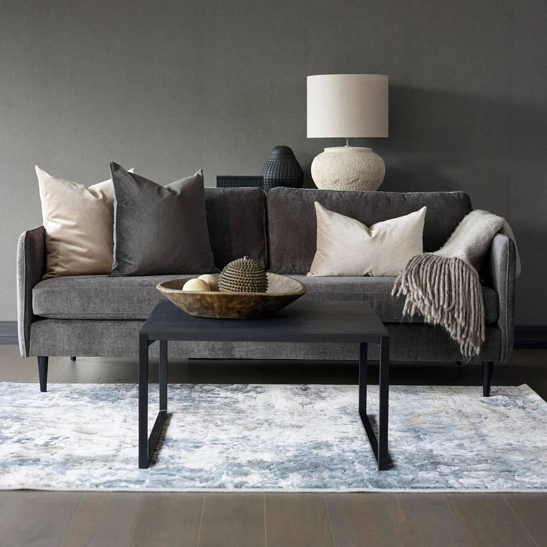 Siero 2,5-seter sofa, Woodstory L sofabord, Pintura teppe, Hødnebø puter, Vertas bordlampe.