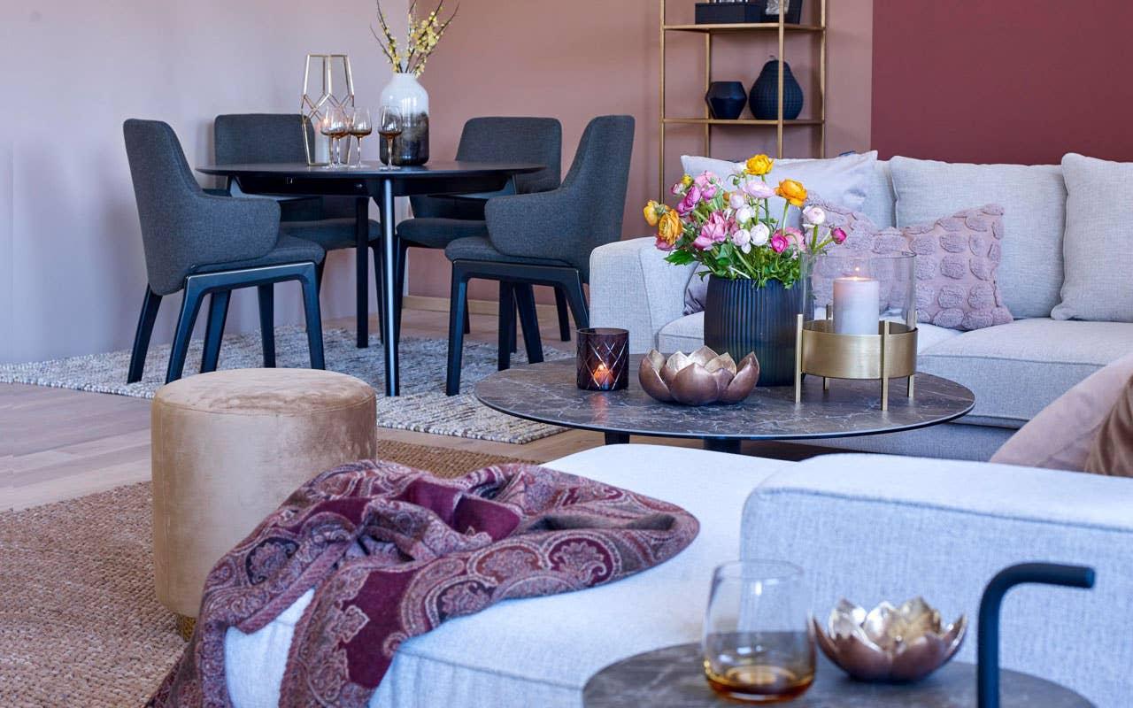 Fargerike-palett: Pastelldrøm, Venezia og Chai. Ventos sofa, Levang sofabord, Stressless Bordeaux, Stressless Laurel