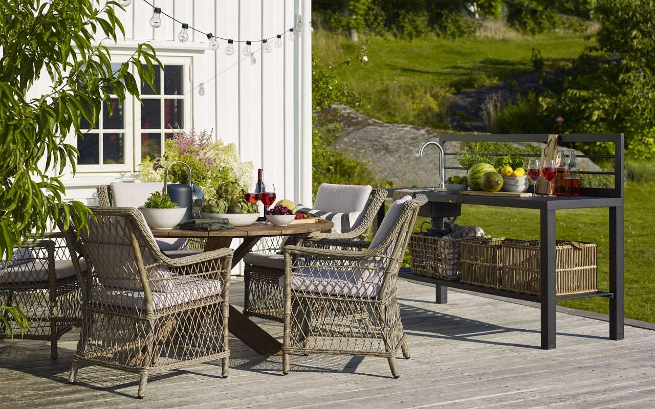Provence bord er produsert i teak og satt inn med en lysgrå pigmentert olje som gir bordet en rustikt og værslitt utseende.