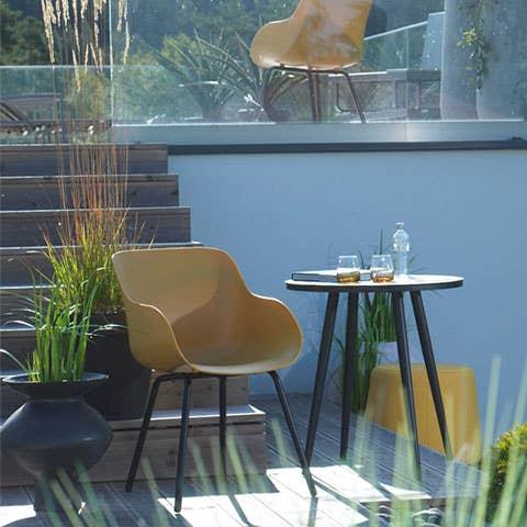 En hagestol i hardplast er hardfør og tåler mye – og den krever lite vedlikehold utover en vaskeklut i ny og ne. Sophie Organic Rondo-stolen er ergonomisk designet og gir maksimal støtte. Stolen har sete av hardplast og rørformet aluminiumsramme og ben.