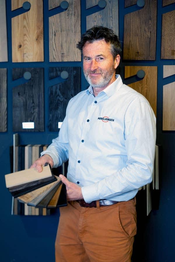 Torkel Olafsrud hos Møbelringen Follo viser frem noen av de mange valgmulighetene du har om du vil skreddersy et spisebord fra Woodstory.