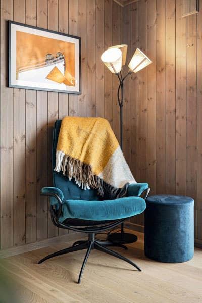 I lesekroken har en moderne Stressless® fått selskap av en retro lampe.