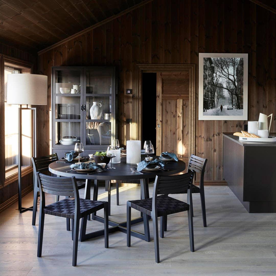 WoodStory D3 spisebord | WoodStory Minestrone spisestol | WoodStory Urban N28 skap | Mace stålampe med skjerm Cres glassvase/lysholder