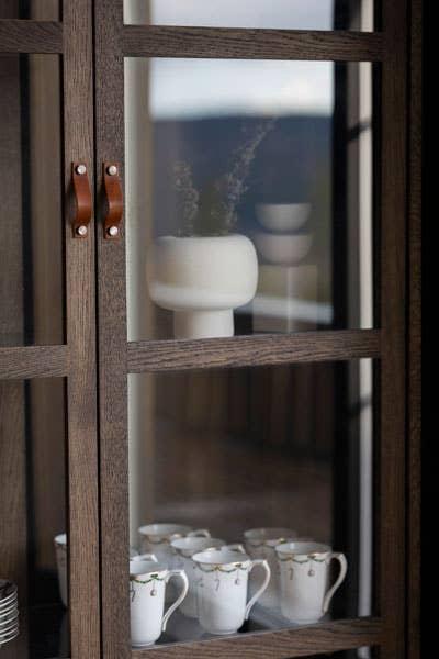 Godt plassert i Woodstory vitrineskap kan de gamle porselenskoppene til mormor komme til sin rett.